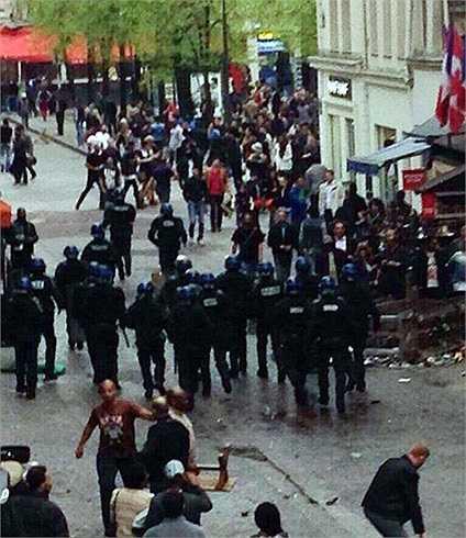 Chứng kiến đội nhà bị PSG đè bẹp, hơn 400 CĐV Chelsea đã trút nỗi tức giận lên thành phố Paris