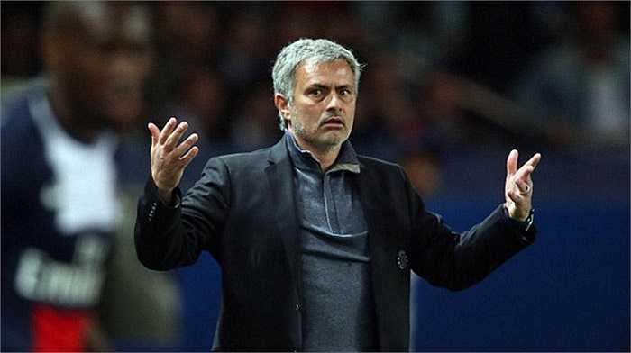 Ngoài sân như vậy, trong sân Mourinho cũng nóng giận không kém