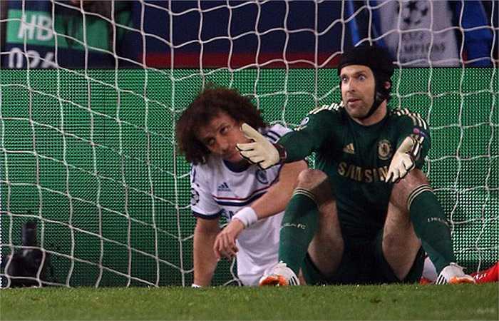 Với 1 pha phá bóng không dứt khoát của Terry và 1 pha đốt lưới nhà của Luiz, rõ ràng Mourinho có lý do để bực tức với học trò