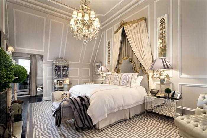 Đây là phòng ngủ của nhà thiết kế Tommy Hilfiger trong khách sạn Plaza Hotel của ông ở New York với ban công hướng ra toàn cảnh Công viên Trung tâm New York. Giá của nó là 80 triệu USD.