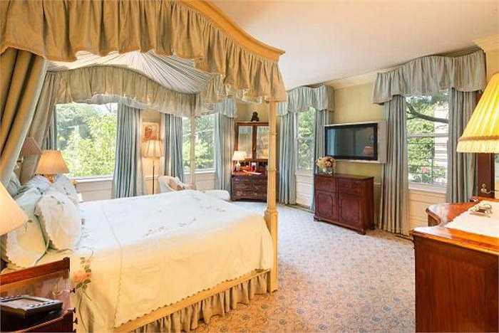 Phòng ngủ của vợ cũ tỷ phú tập đoàn Johnson & Johnson có giá 25 triệu USD, được thiết kế đặc biệt với lớp kính chống đạn, chống nóng và tia cực tím có hại kèm rèm cửa tự động.