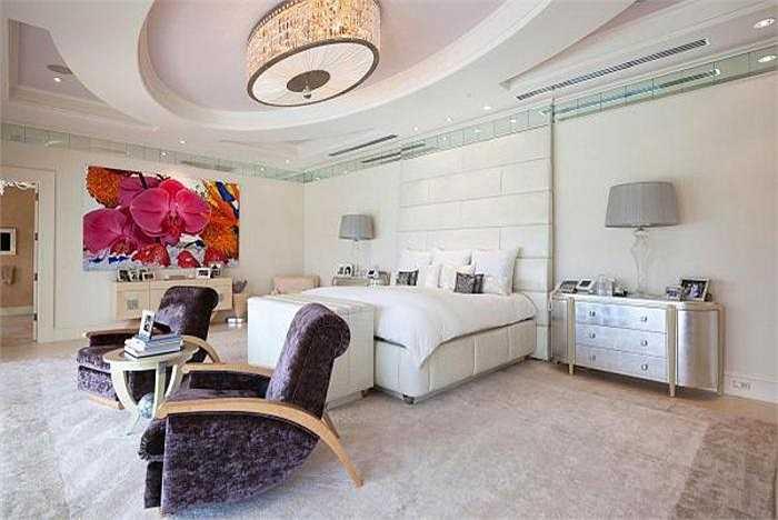 Trong căn phòng này, giường ngủ làm từ da cá sấu có giá 80.000 USD; những tác phẩm nghệ thuật có giá 1 triệu USD và ở hai chiếc ghế cạnh giường có nút bấm để mở màn hình tivi.