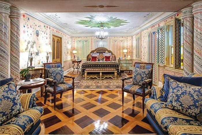 Đây là nơi Madonna từng ngủ lại khi cô tới thăm nhà Gianni Versace. Sau cái chết của nhà thiết kế lừng danh vào năm 1997, ngôi nhà đã qua tay nhiều ông chủ đều là đại gia.