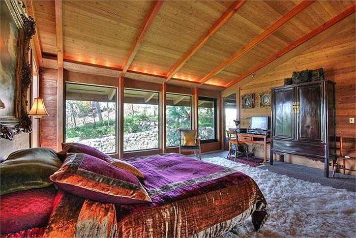 Đây là phòng ngủ của kiến trúc sư nổi tiếng thế giới Angela Danadjieva, trong tòa dinh thự tọa lạc ở Tiburton (California) - nơi có thể ngắm cảnh vịnh San Francisco.