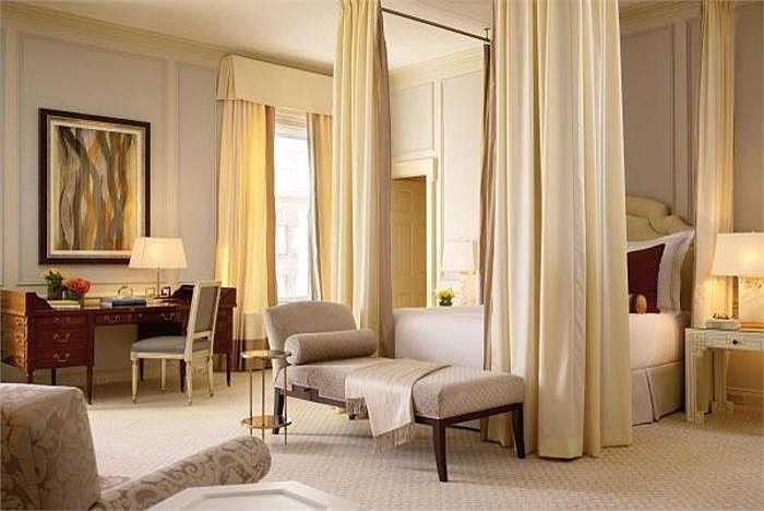 Nhiều nguồn tin khẳng định, Tổng thống John F. Kennedy từng qua đêm với Marilyn Monroe tại phòng ngủ thuộc Khách sạn Fairmont này. Giá của nó là 15.000 USD/đêm.
