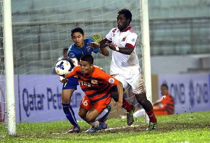 5 phút sau khi vào sân, 'thằng béo' có đường chuyền tinh quái cho Văn Thắng băng vào dứt điểm nâng tỷ số lên 3-0.
