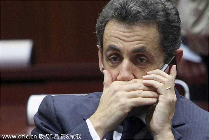 Cựu Tổng thống Pháp Nicolas Sarkozy đang nói chuyện qua điện thoại Blackberry khi tham dự Hội nghị thượng đỉnh châu Âu năm 2009 ở Brussels.