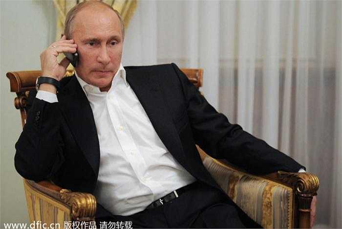 Tổng thống Nga Vladimir Putin gọi điện thoại chúc mừng nữ vận động viên Nga giành huy chương bạc judo tại Paralympics Games năm 2012 bằng chiếc ZTE MTS Glonass945.