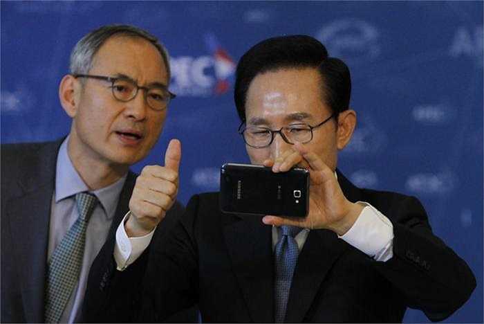 Tổng thống Hàn Quốc Lee Myung-bak và chiếc di động được rất nhiều người dân xứ sở kim chi lựa chọn, Samsung.