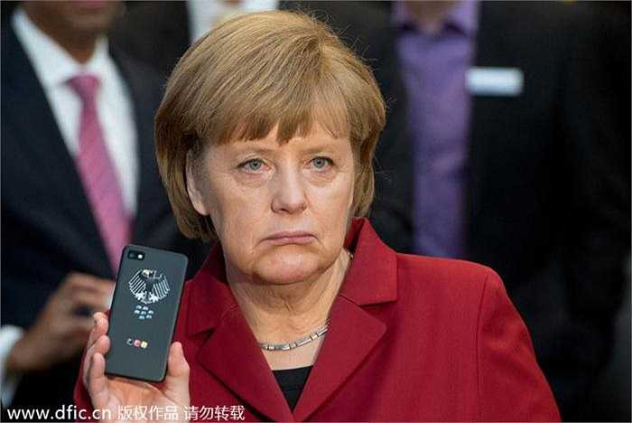 Thủ tướng Đức Angela Merkel và chiếc điện thoại Blacbkberry có chức năng chống nghe trộm.