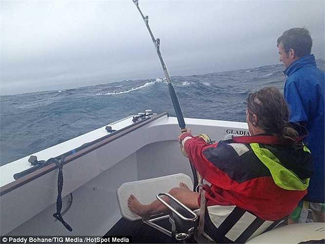 Tuy nhiên, Donna không thể đem bán con cá vì nó không được câu trên thuyền đánh cá thương mại