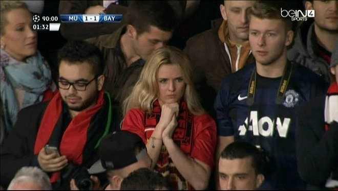 Máy quay ghi lại được khoảnh khắc một fan nữ Man Utd hồi hộp với những phút cuối trận lượt đi tứ kết Champions League