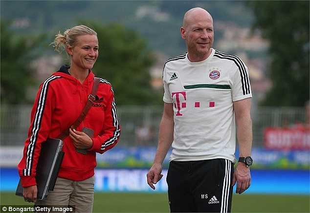 Sau trận đấu, cộng đồng mạng cũng rộ lên những tin tức về thành viên nữ duy nhất trong ban huấn luyện Bayern Munich