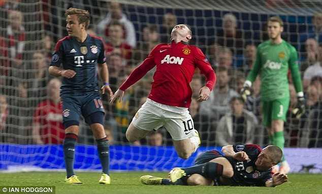 Pha ngã 'đẹp mắt' của Rooney sau khi bị Schweinsteiger phạm lỗi