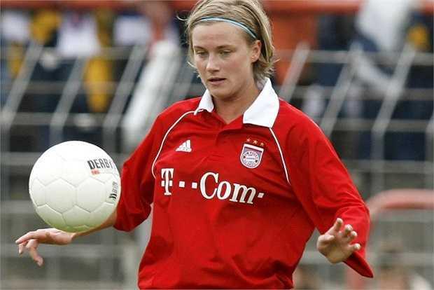 Người đẹp từng chơi cho đội bóng nữ Bayern Munich suốt 6 năm trước khi nhận lời lo các việc hành chính cho đội một bóng đá nam. Năm 2009, Kathleen bỏ dở việc học quản lý quốc tế để nhận nhiệm vụ trong ban huấn luyện Munich.