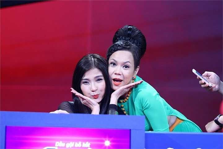 'Bà lão' Việt Hương với bộ đồ xanh chói lọi không kém.
