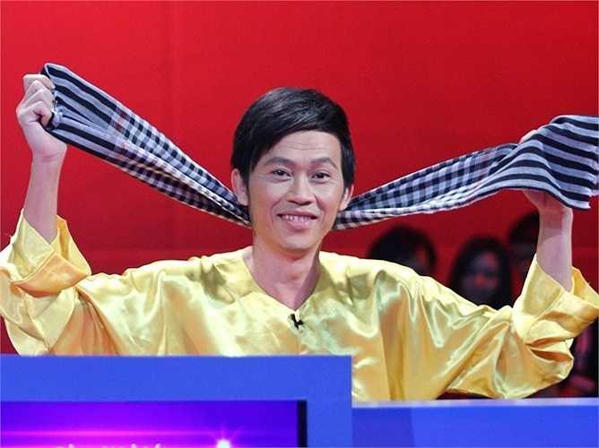 'Ông lão' Hoài Linh với bộ đồ vàng choé.