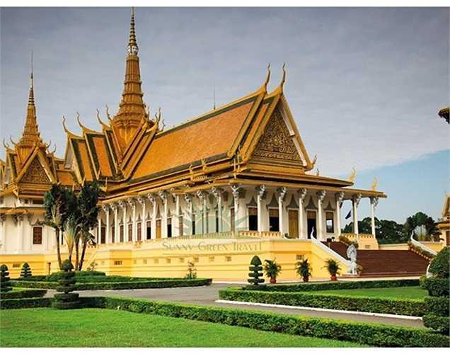 Đại gia Trầm Bê vừa cho khởi công xây dựng ngôi chùa thứ 9 mang tên chùa Prắc-Huy-Hia, tọa lạc tại tỉnh Prắc-Huy-Hia, Campuchia. Số tiền ông Trầm Bê bỏ ra xây dựng ngôi chùa khổng lồ, có khuôn viên rộng gần 2.000 m2 này trị giá 600.000 m2 (hơn 12 tỷ đồng). Ảnh: Một ngôi chùa trên đất Campuchia.