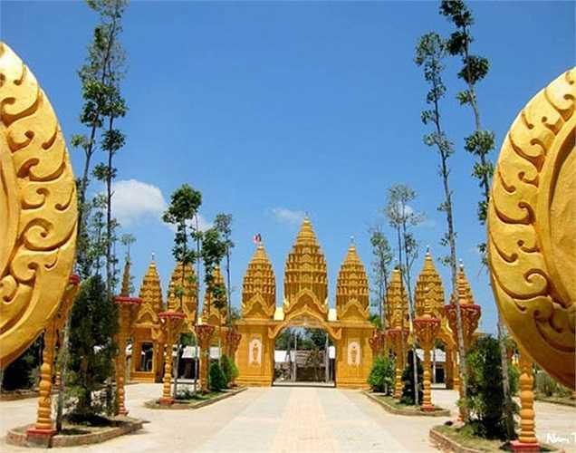Chùa Vàm Ray tọa lạc tại ấp Vàm Ray, xã Hàm Tân, huyện Trà Cú, tỉnh Trà Vinh, chính thức khánh thành ngày 22/5/2010. Đây là ngôi chùa Khơ-me lớn nhất Việt Nam, một nơi để các đồng bào Phật tử Khơ-me gặp gỡ và cùng nhau tu tâm, tích đức. Chùa được ông Trầm Bê tài trợ, phục chế và cải tạo trong thời gian 3 năm.