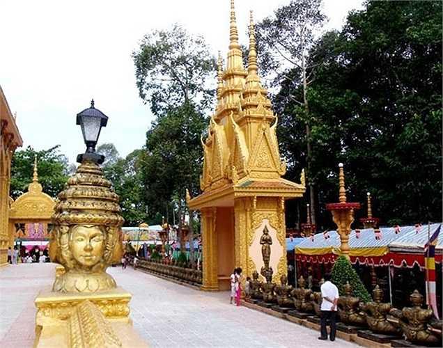 Trong 9 ngôi chùa thì có tới 7 ngôi chùa được xây dựng ở tỉnh Trà Vinh, quê hương của Trầm Bê. Trong ảnh là chùa Cà Hom với số tiền ông Trầm Bê đóng góp khoảng 10 tỷ đồng.
