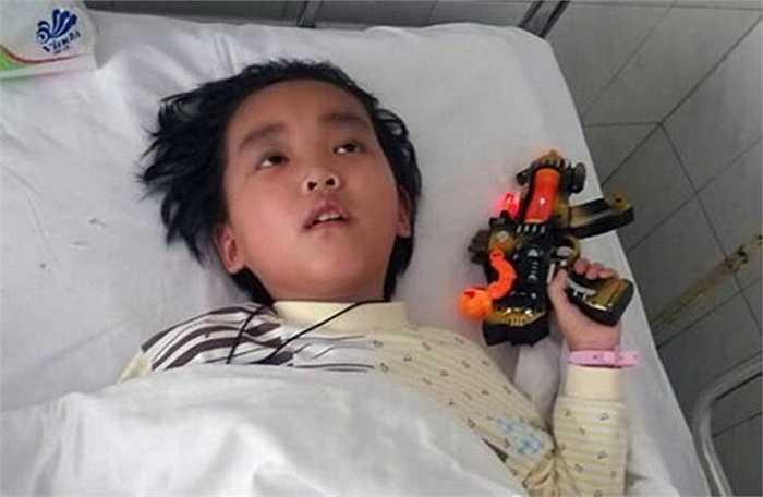 Bé Chen bị chẩn đoán có khối u ác tính trong não