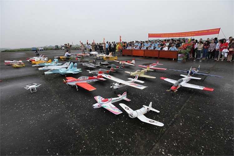Hàng trăm mô hình bay tập trung tại đường băng sân bay Gia Lâm sáng nay 6/4 nhân kỷ niệm 10 năm thành lập CLB Hàng không phía bắc.