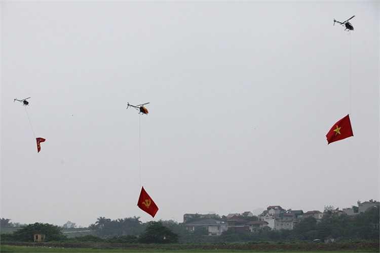 Phần biểu diễn được mở màn bằng lễ thượng cờ do 3 chiếc mô hình máy bay trực thăng trình diễn.
