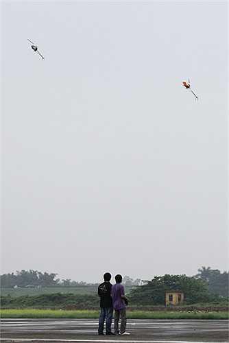 Phần biểu bay 3D đôi của 2 chiếc mô hình trực thăng nhận được nhiều tràng vỗ tay của người xem nhờ kỹ thuật điêu luyện.