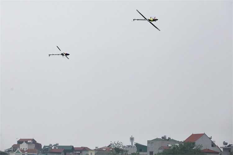 Hai chiếc trực thăng bay 3D có thể bay tiến, lùi, lên, xuống, thậm chí bay theo mọi hướng trong không gian.