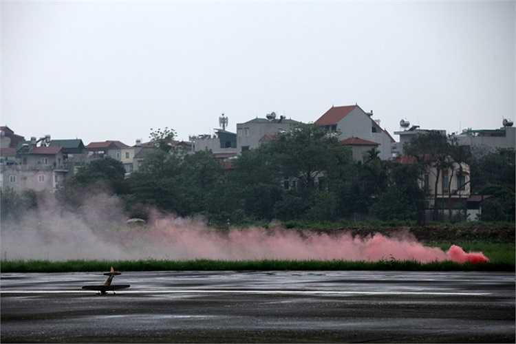 Một chiếc mô hình đâm thẳng xuống bãi cỏ bốc khói mù mịt. Theo những hội viên CLB Hàng không thì mô hình rơi hỏng xảy ra thường xuyên.