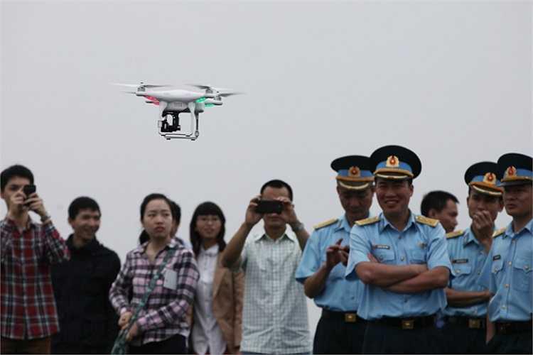 Nhiều người tò mò với một mô hình bay lạ do một thành viên CLB mang đến biểu diễn.