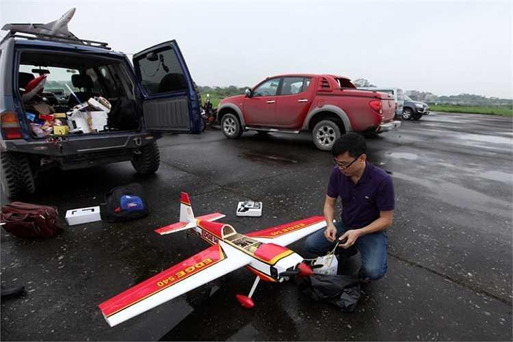 Chuẩn bị cho phần biểu diễn bay của loại mô hình máy bay cánh bằng.