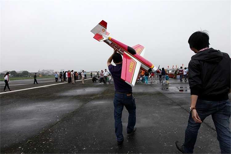Đưa mô hình máy bay ra đường băng xuất phát.