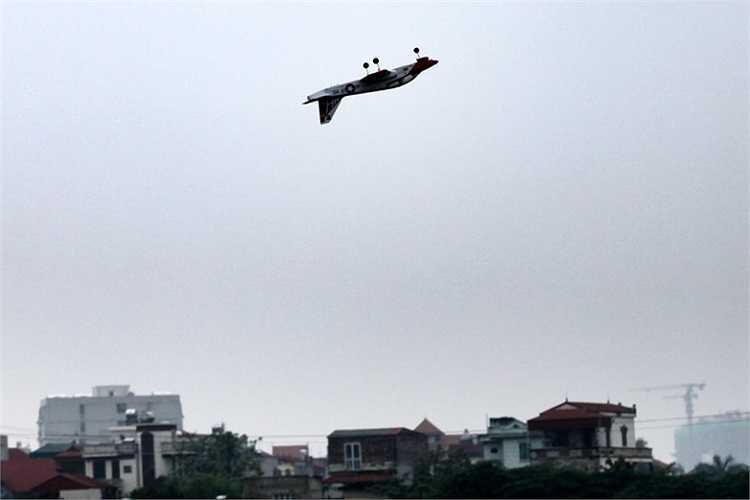 Bài bay lộn ngửa của một mô hình máy bay cánh bằng.