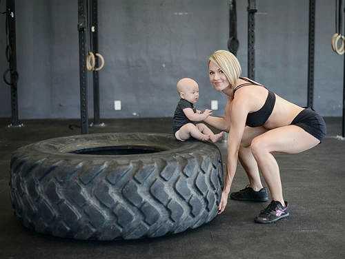 VĐV thể hình Lea-Ann Ellison tập nặng trở lại chỉ ba tuần sau khi bé Skyler chào đời.