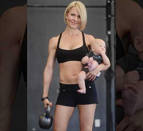 Bà mẹ 35 tuổi hé lộ một số bức ảnh chụp hai mẹ con trong phòng tập. Lea-Ann Ellison khỏe khoắn với thân hình thon gọn chỉ 4 tháng sau sinh. Người đẹp cũng khoe rằng bé Skyler rất khỏe mạnh và cứng cáp.