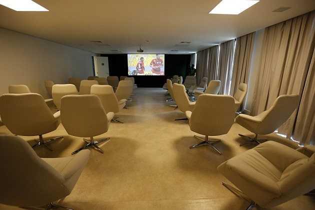 Phòng sinh hoạt chung có phục vụ chiếu phim và các hoạt động giải trí tinh thần khác