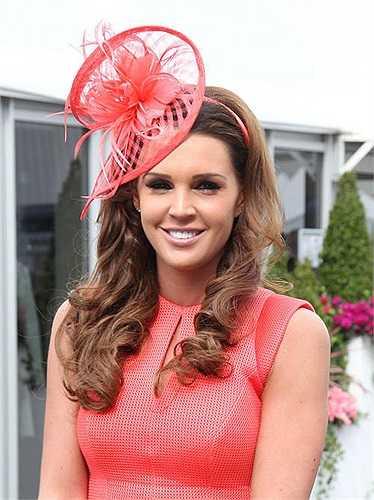 Người đẹp Danielle Lloyd ngọt ngào và quyến rũ với váy đỏ, tươi tắn cùng chồng tới trường đua Aintree.