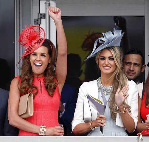 Georgina Dorsett (bên phải), mỹ nhân đang hẹn hò tiền vệ Tom Cleverley của MU, cũng tới xem đua ngựa. Người đẹp một con là bạn thân thiết của cựu hoa hậu Anh.