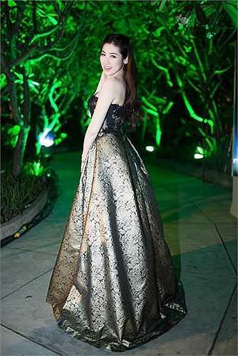 Nhiều người có cảm giác, Tú Anh phải gồng mình khi mặc chiếc váy này