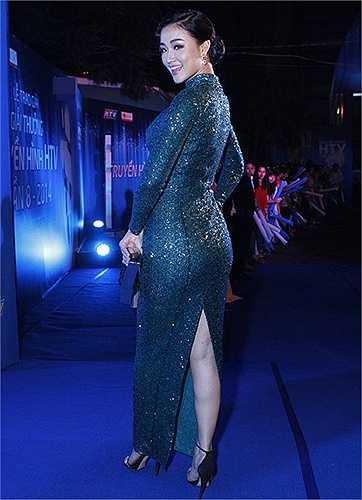 Maya lộ vóc dáng đầy đà với bộ váy sequin lấp lánh