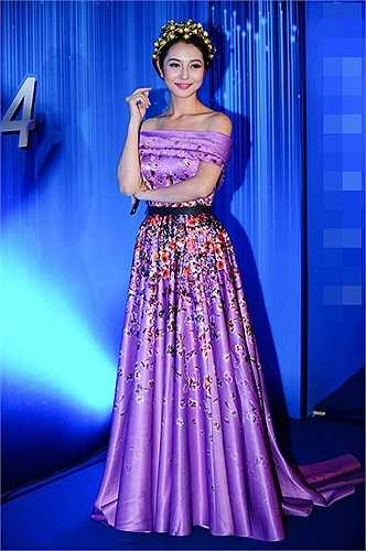 Chiếc váy với màu sắc và họa tiết có phần hơi sến súa của Jennifer Phạm