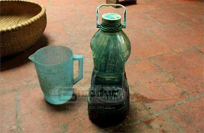 Được biết loại hóa chất để trộn cốm thường là phẩm, không rõ về thành phần và có thể mua được ở một vài cửa hàng bán chuyên trong khu vực phố cổ. Ảnh: GDVN.