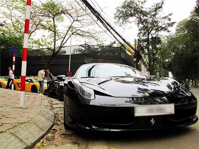 Dàn siêu xe nối đuôi nhau trên phố Liên Trì, Hà Nội chiều 6/4 khiến nhiều người đi đường được phen đã mắt. Dẫn đoàn là chiếcFerrari 458 màu đen.