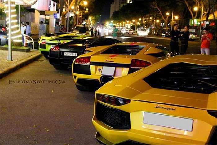 Trong khi đó, tại Sài Gòn, lần gần đây nhất, đêm 3/4, dàn siêu xe khủng toàn Lamborghini gặp mặt.