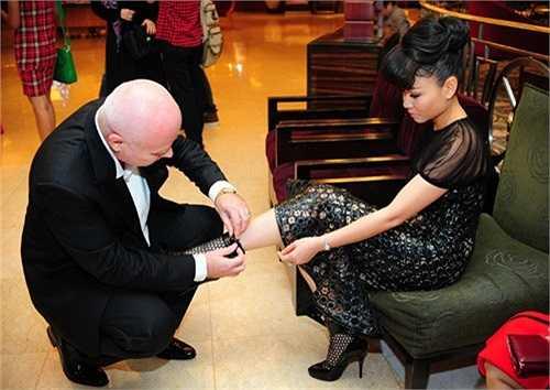Giọng ca đình đám của showbiz Việt kết hôn khá muộn nhưng nữ ca sỹ 'Đường cong' lại khiến không ít cô gái 'ghen tỵ' bởi được ông xã hết sức yêu thương và chiều chuộng.
