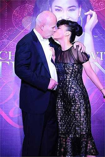 Chồng Tây của Thu Minh cũng thường xuyên tháp tùng cô trong nhiều sự kiện, cả hai cũng không ngần ngại trao cho nhau những cử chỉ thân mật hay nụ hôn thắm thiết chốn đông người.