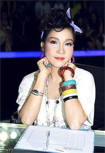 Đó là chưa kể đến kiểu trang điểm lòe loẹt của các gam màu làm nữ giám khảo của Gương mặt thân quen trông như vẹt Hong Kong.