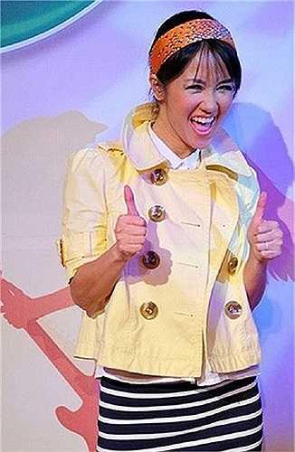 Hồng Nhung không chỉ có những bộ trang phục mà phụ kiện của cô cũng trẻ hóa quá đà, không hợp lý chút nào.