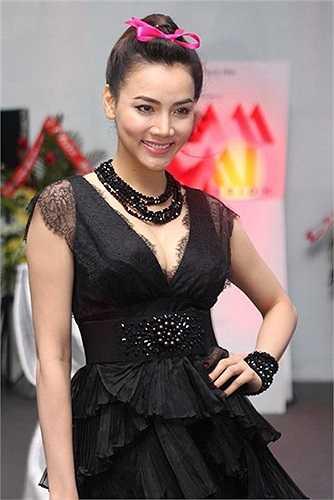 Chắc hẳn Trang Nhung đang cố níu kéo chiếc váy đen già cỗi của mình bằng phụ kiện hồng trên đỉnh đầu nhưng không thành công chút nào, trông quá lố bịch.